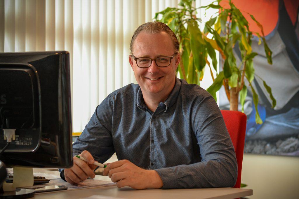Micha te Kortschot achter zijn bureau bij Gustaaf Geldrop.